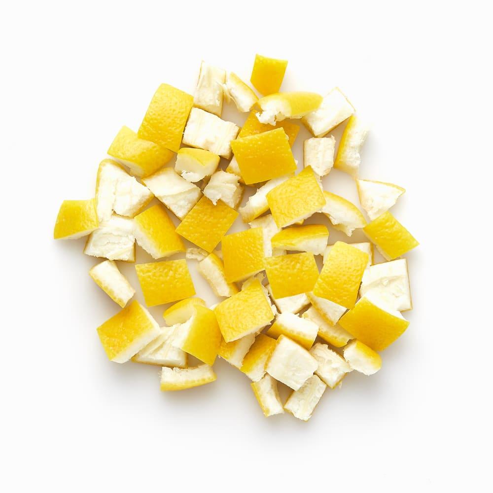 Zitreonenschalen Stücke gefrorene Zitronenschale Zitronenschalenstücke geschnitten und gefroren